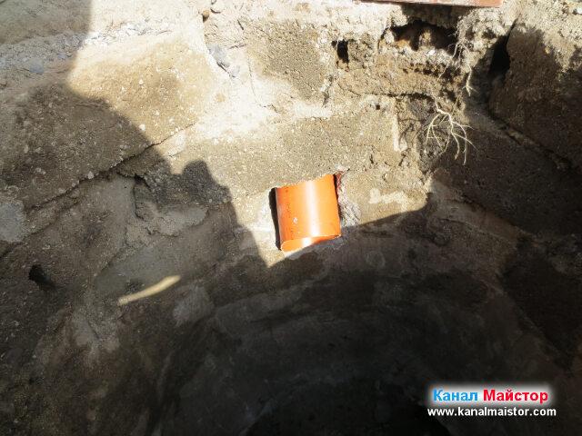 Канализационната тръба за дъждовната вода сочи надолу, така че при преминаване на по-силна струя вода през нея, да не бие в отстрещната стена на шахтата