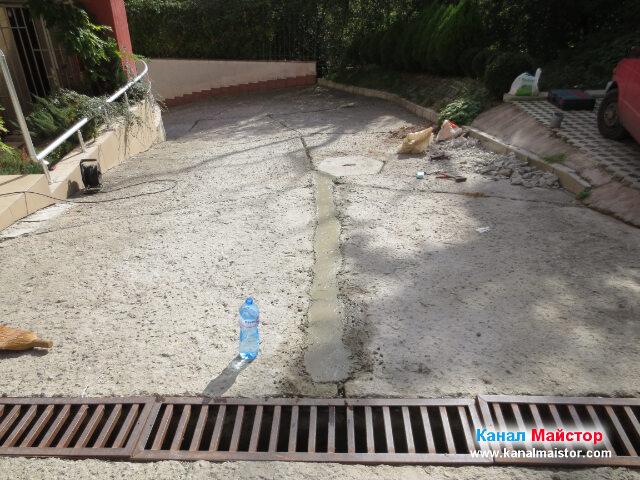 Решетката е свързана с шахтата и положената тръба бетонирана, остава само бетона да изсъхне и да се втвърди за да бъде всичко готово за употреба