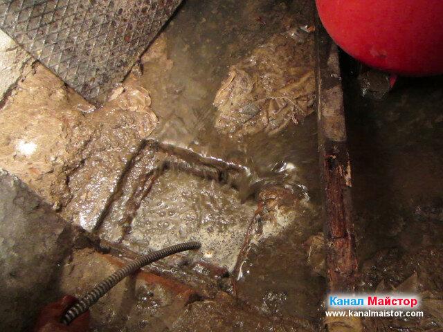 Канализацията на мазето е отпушена, а водата изтича в шахтата, мазето се отводнява в канала