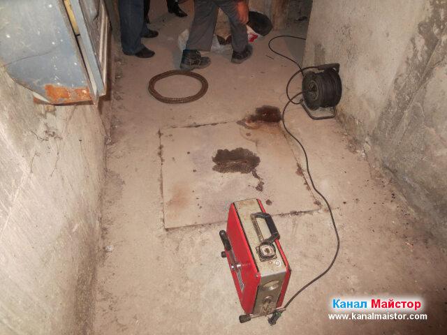 Удължителя ни за тока е в готовност за работа,   машината за отпушване е вързана към него, и остава само да се махне капака на   канализационната шахта, за да започнем отпушването