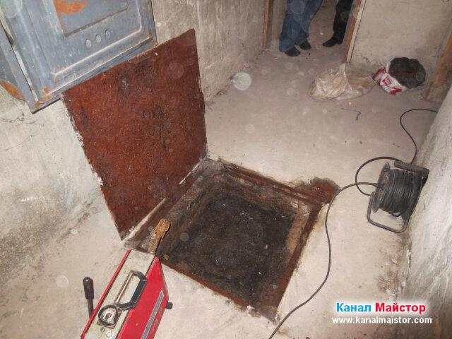 Тук се вижда как сме махнали капака на   канализационната шахта