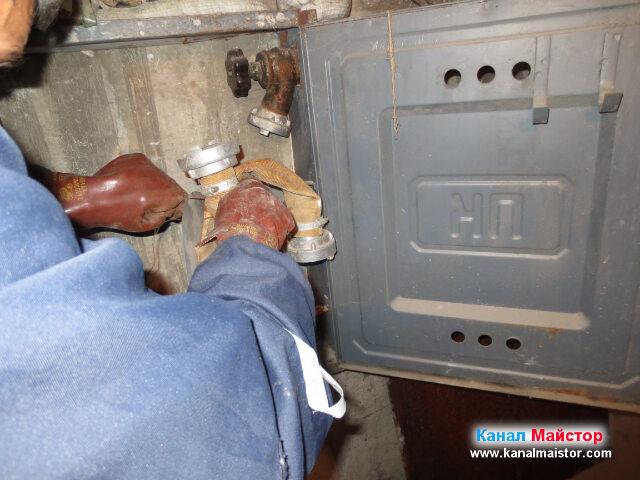 Приготвяме противопожарният маркуч за почистване на   каналите с нужната водна струя