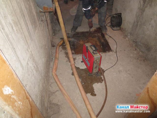 Пускаме вода в канализационната шахта