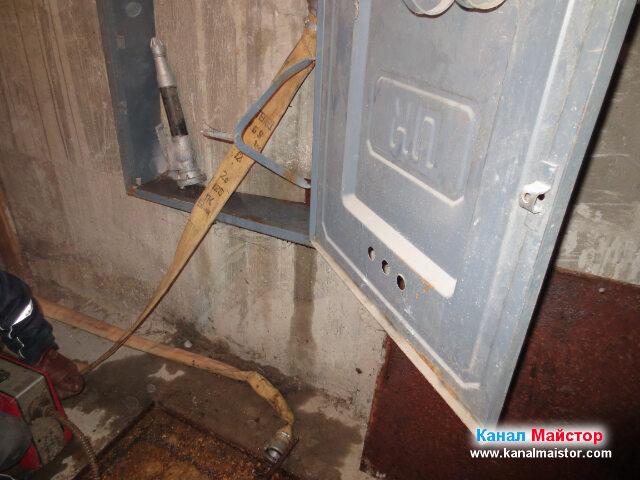 На стената се вижда мястото, където стои маркуча и как е вързан към крана за водата