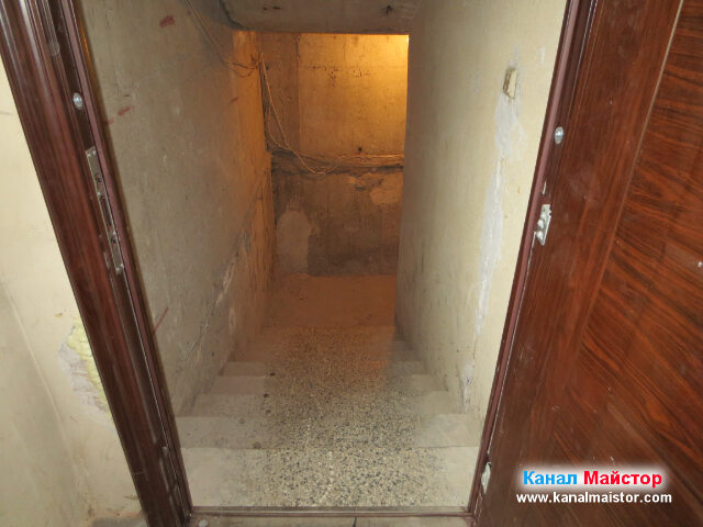 Стълбите водещи към мазето