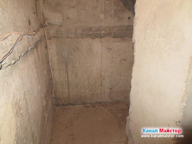 Стените на мазето, по които се вижда как минават   кабели