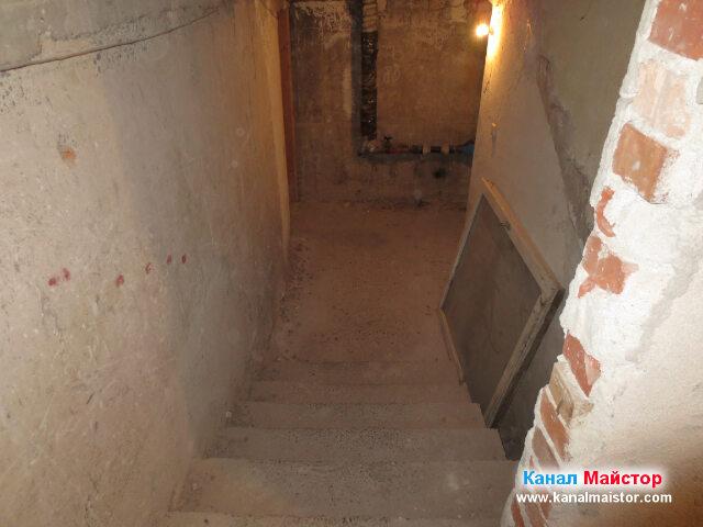 Последните стълби, в края на които се вижда мазето