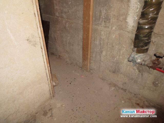 От тук се влиза в коиродора, в който е разположена   една от канализационните шахти на блока