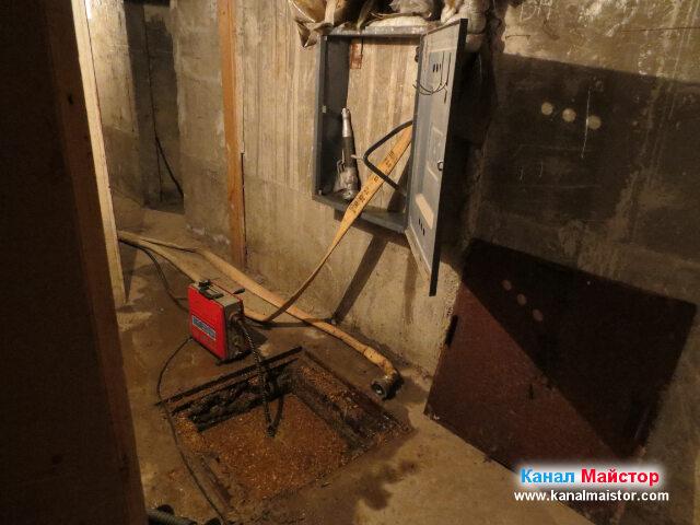 Поглед към работното ни място, по време на една от   паузите между опитите ни, за отпушване на канализацията, на този блок в Дружба 2, София