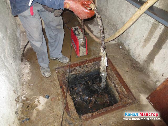 Още боклуци увити около спиралата ни, като тези   боклуци са направили запушването на канала
