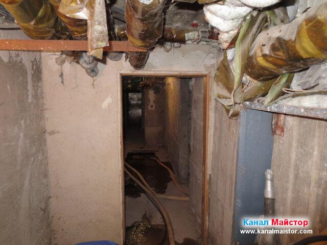 Малко преди дъното на коридора има още една   ревизионна шахта, като ще почистим тръбата свързваща двете шахти - тази от която работехме и   тази, която е в почти дъното на коридора