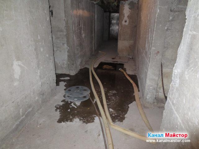 Тук вече ясно се вижда другата канализационна шахта