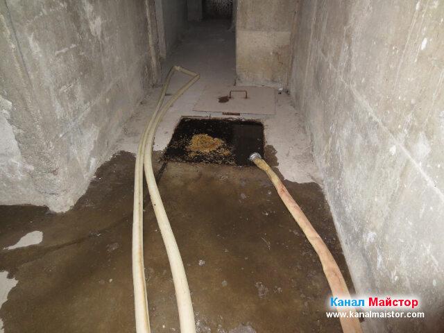 Поставили сме противопожарният маркуч в един от ъглите на шахтата, за да може да пускаме вода в шахтата, за да се промива, преди и след като я отпушим