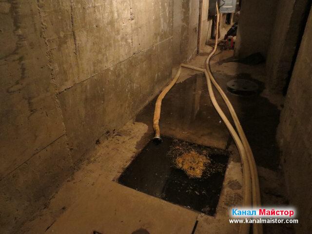 Тук се вижда канализационната шахта, от която ще   отпушваме, както и дължината на противопожарният маркуч