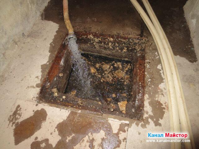 Пуснали сме струя вода за отмиване на ревизионната   шахта