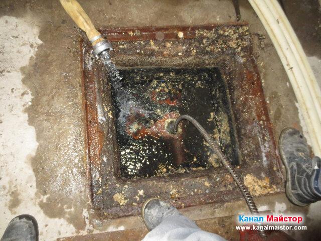 Почистваме мазнините в канализацията, като сме   пуснали и вода, която да ги отмива и придвижва към уличната канализация