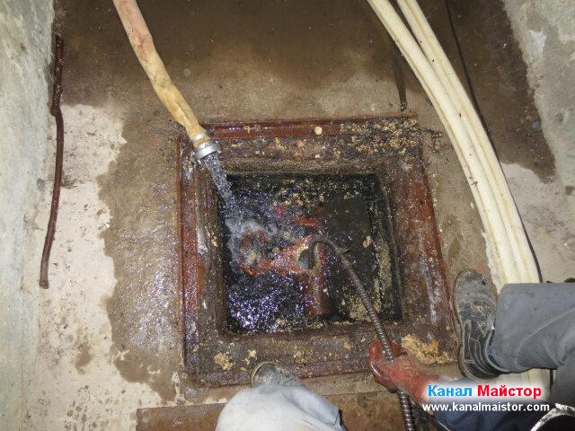 Продължаваме да чистим мазнините от тръбата свързваща   двете канализационни шахти