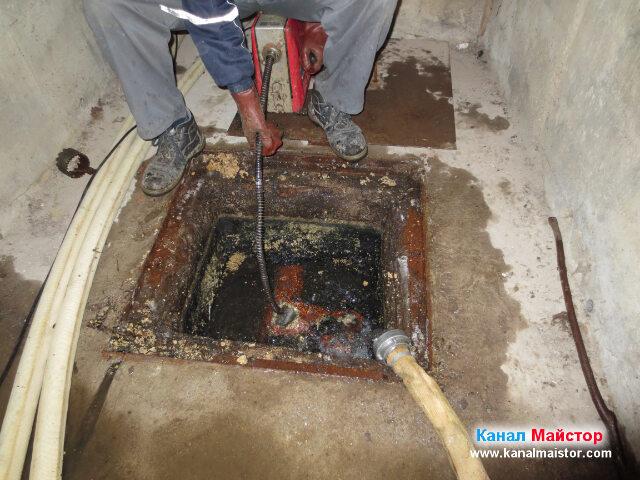 Нивото на водата в шахтата е спаднало, но остава да   се почистят натрупаните в тръбата мазнини