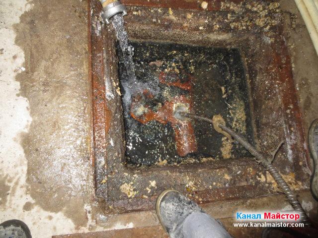 Мазнините биват постепенно изстъргвани от стените на   тръбата