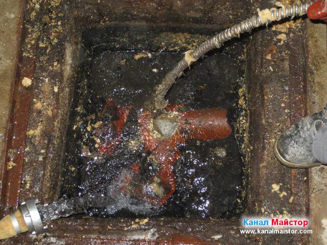 Близък план на изчистването на канала от мазнините