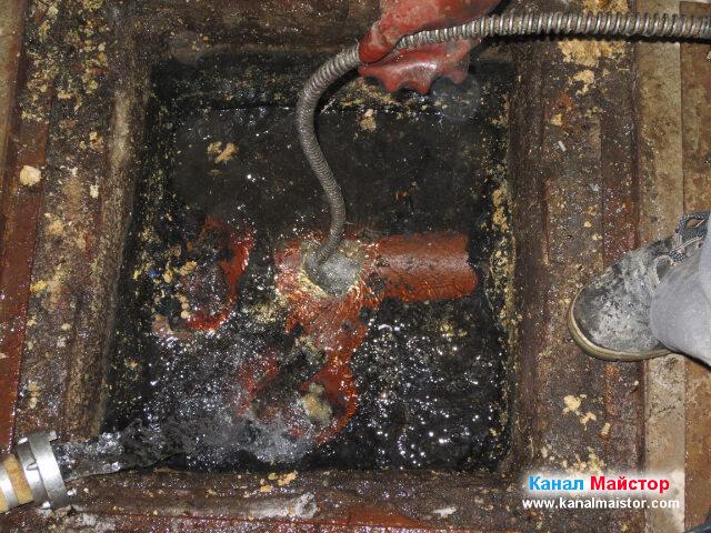Продължаваме да вкарваме спиралата в посока следващата канализационна шахта