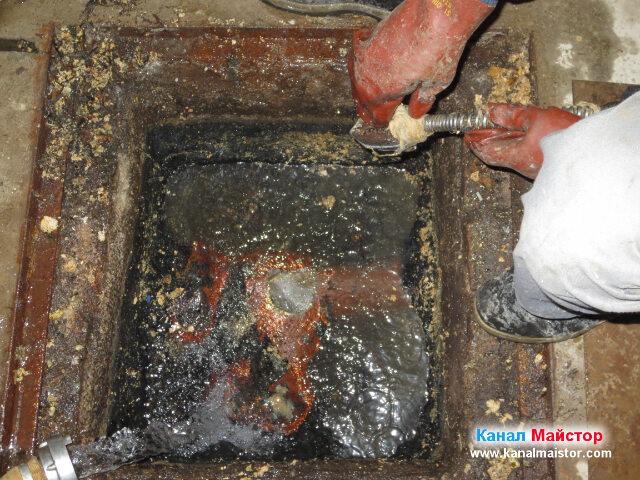 Отстраняваме усуканите около основата на накрайника боклуци, за да можем да продължим с почистването