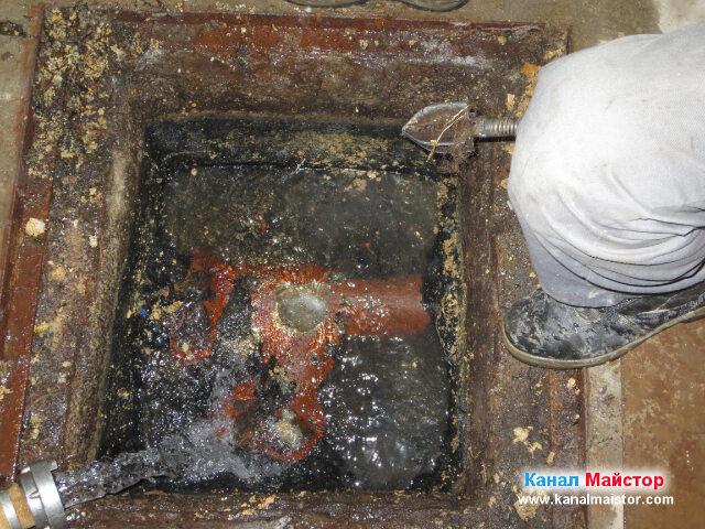 Накрайника е почистен и ще бъде сменен с по-голям такъв, за да може хубаво да бъдат изстъргани мазнините от тръбата свързваща двете шахти