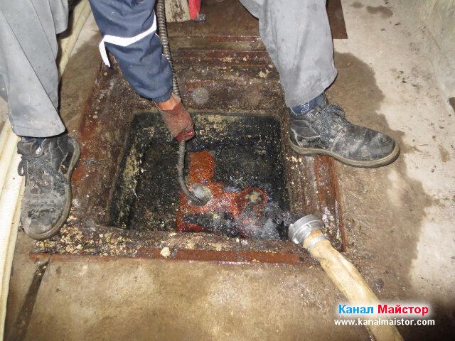 Вкарваме накрайника и в другата тръба, за да може и там да изстържем мазнините, които са се натрупали