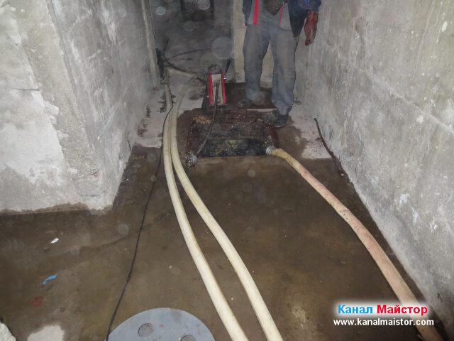 Тук сме приключили с отпушването и почистването на мазнините в канализацията на блока, в тези проблемни участъци