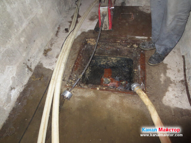 Много добре се вижда накрайника, който използвахме за почистване на мазнините от стените на канала (тръбата)