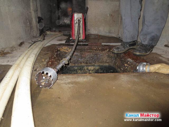 Близък план на машината за отпушване на канали и накрайника за почистване на мазнини, както и на противопожарният маркуч
