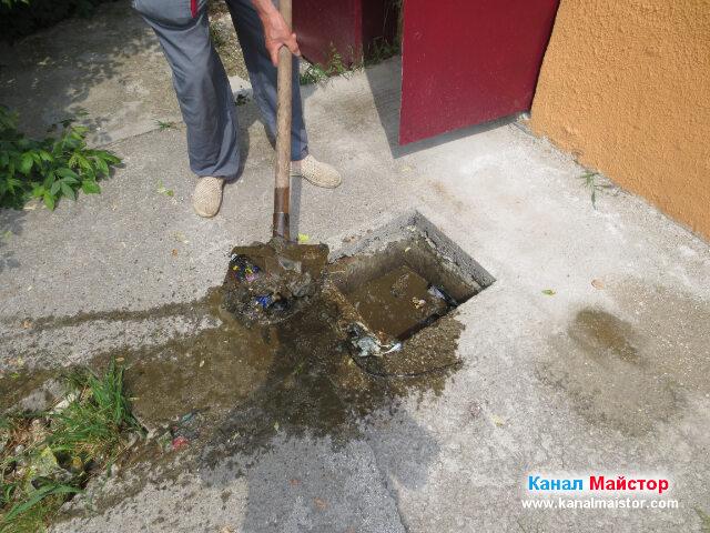 Започнахме да почистваме канализационната шахта, от боклуците, които бяха в нея