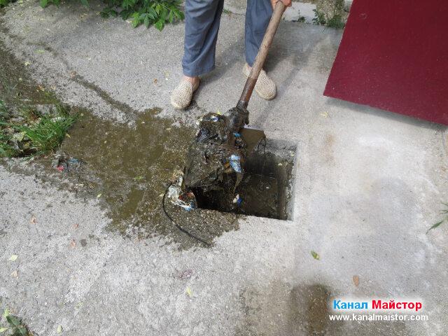 С помощта на лопатата извършвахме почистване на шахтата
