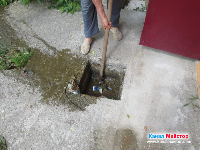 Загребваме с лопатата изхвърлените в канализационната шахта боклуци