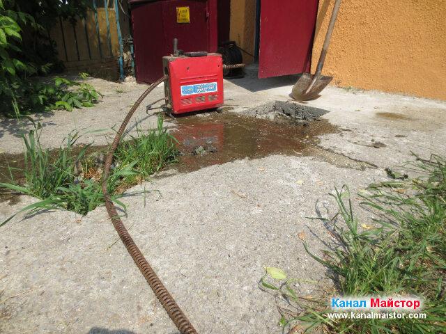 Още малко подготовка ни остава и започваме да отпушваме канализацията с помощта на машината за отпушване на канали