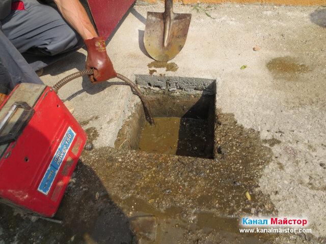 Спиралата ни за отпушване на канали се върти, от машината и си проправя път в канализацията