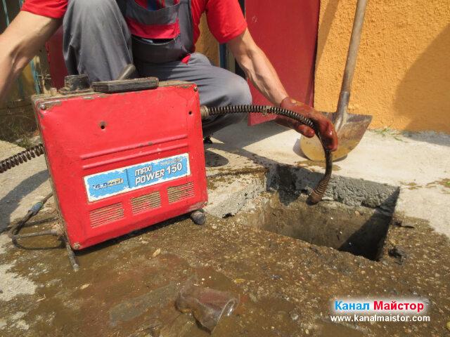 Тук ясно се вижда как сме изкарали накрайника от запушената тръба на канализацията
