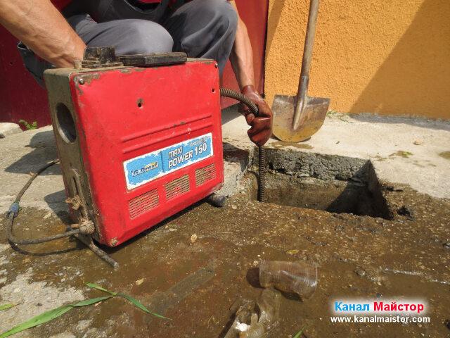 Отпушваме канализацията, постепенно, придавайки въртеливи движения на спиралата, чрез машината ни за отпушване на канали
