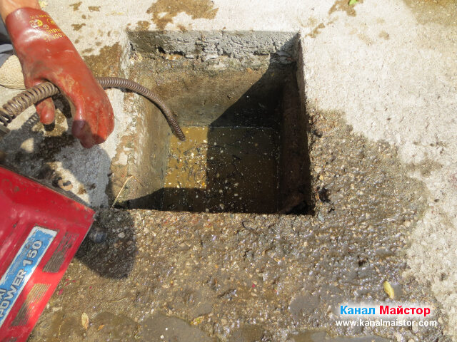 Изведнъж водата в шахтата започна да спада, и шахтата бе успешно отпушена