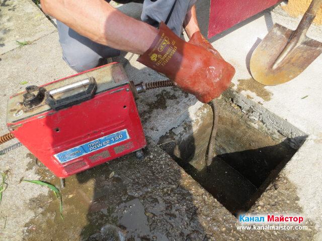 Изчистваме спиралата от усукалите се по нея боклуци, от времето през, което сме отпушвали канализацията