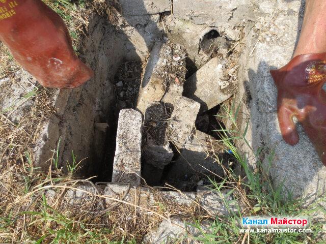 Почистваме шахтата, като изваждаме изхвърлените в нея строителни отпадъци