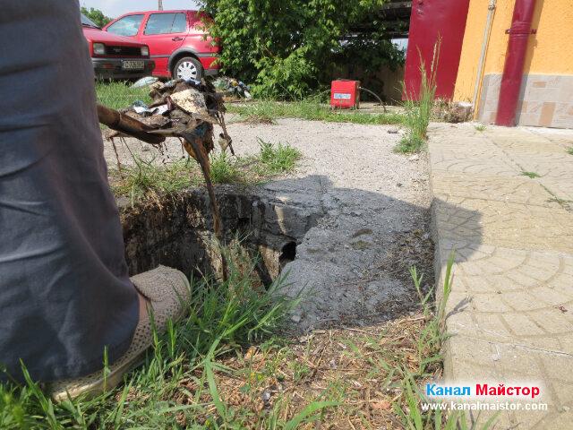 Изгребваме с лопата, останалите по-дъното на шахтата боклуци, които я бяха задръстили