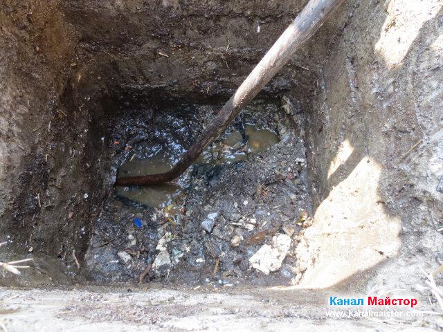 Тук се вижда почистеното дъно на шахтата