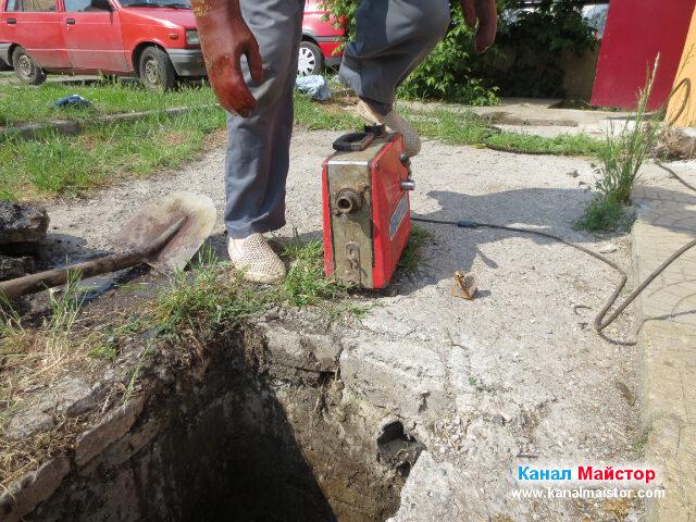 Остава да вкараме спиралата за отпушване на канализации в машината ни за отпушване на канали