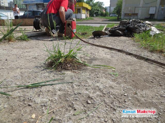 Изглед отдалеч, как почистваме канализационните тръби