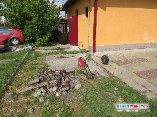 Отпушихме три канализационни участъка, и почистихме две канализационни шахти, като на тази снимка се вижда, че сме приключили с отпушването