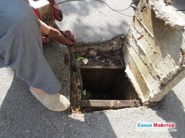 Пускаме спиралите на машината за отпушване на канали и в двата хоризонтални канализационни щрангове