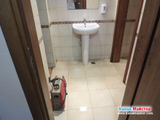 Тук сме в помещението на рестораната, където се   намират тоалетните за клиентите, чиято канализация беше запушена и избиваше вода