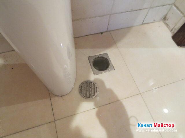 Това е сифона, намиращ се на пода, до пиедестала на   мивката, от който беше избила водата
