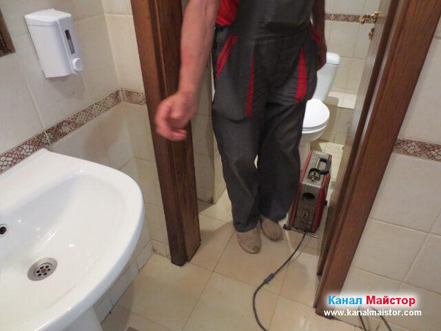 Вкарваме машината за отпушване на канали в   тоалетната, откъдето ще работим за отпушване на канала
